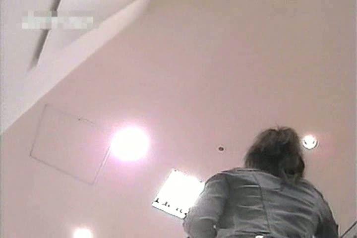 【パンチラ盗撮動画】極上のフトモモに挟まれたい衝動に駆られる美人ショップ店員さんのパンティを逆さ撮り確保w
