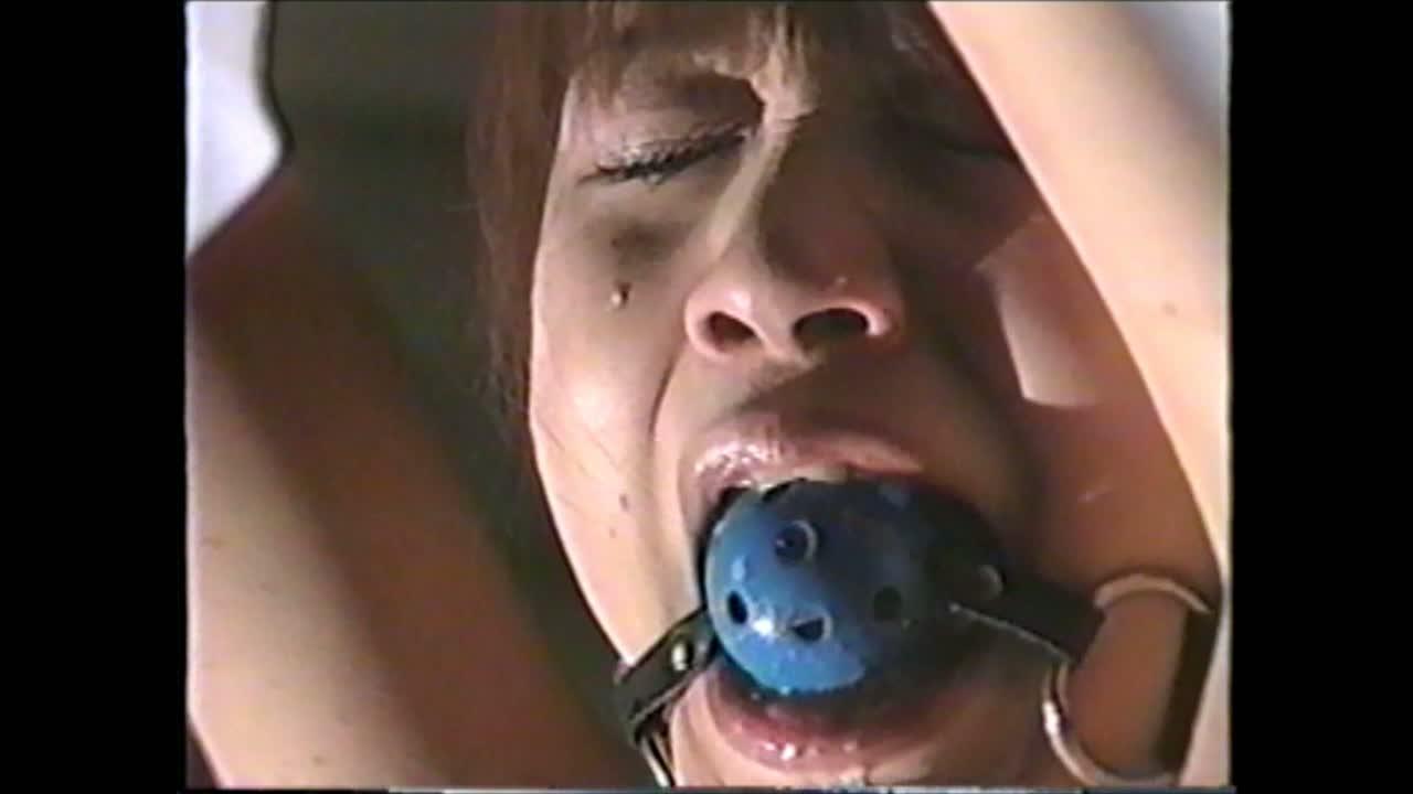 全身緊縛された状態でボールギャグを嵌められた奴隷女、激しい鞭打ちに涙と涎を垂れ流して悶絶する