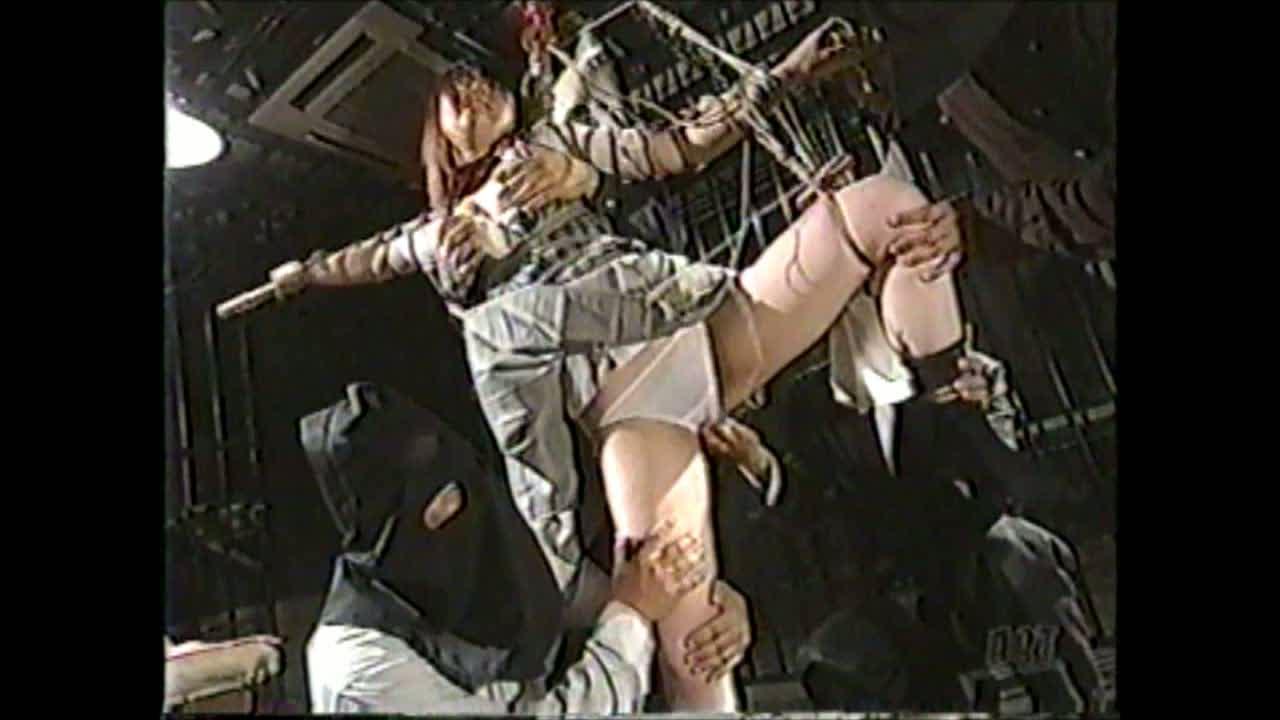 制服姿の巨乳女子校生を緊縛し、吊し上げ、激しい責めでマンコをかき回す失禁アクメ調教!